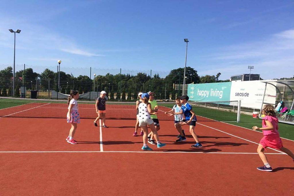 Kołobrzeg -dzieci na korcie tenisowym