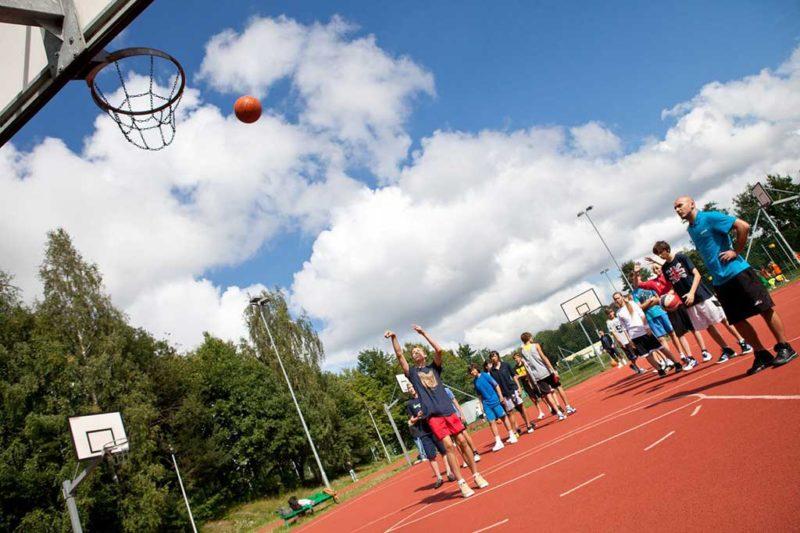 zajęcia koszykówki na boisku