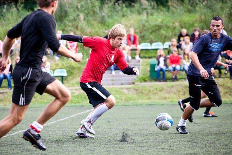 młodzież w czasie meczu piłkarskiego